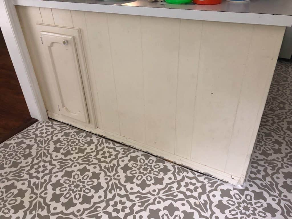outdated kitchen peninsula